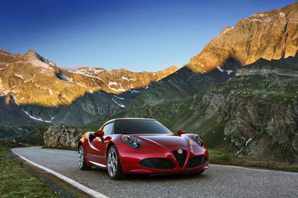 """Giusto per rifarci gli occhi: ecco l'AR 4C, rivisitazione in chiave moderna di alcune sportive storiche del marchio del Biscione. Progettata da ALFA ROMEO con il supporto della Maserati, che si è occupata principalmente della messa in produzione, sia il prototipo che la vettura definitiva hanno riscosso un grande successo. Oltre ai AutoBild Design Award (2011, Germania), Design Award for Concept Cars & Prototypes (2012, Italia) e il MostExciting Car of 2013 - What Car? (2013, Gran Bretagna) attestati alla concept car, si sono aggiunti anche il riconoscimento """"Car of the Year 2013"""" dall'edizione britannica della rivista FHM , il premio di """"miglior supercar compatta"""" fra i lettori del quotidiano spagnolo El Economista e l'Auto Trophy 2013 della rivista tedesca specializzata Auto Zeitung."""